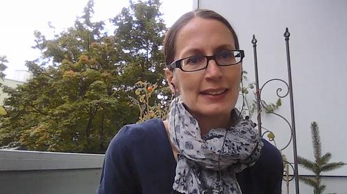 Dr. Schaak im Gespräch auf dem begrünten Balkon