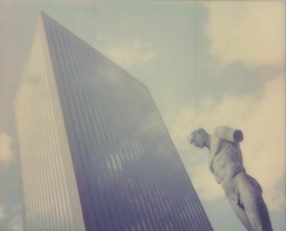Gratte-ciel et la statue sans bras.