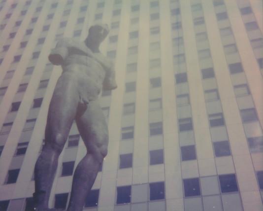 Statue sans bras et le gratte-ciel