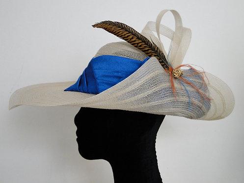 Chapéu de Crinol Bege Claro com Pena de Faisão