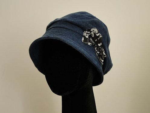 Chapéu em Jeans Azul Escuro com Laço de Caveiras