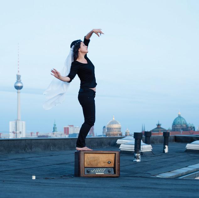 Alina Manoukian Shooting tiptoe on the roof