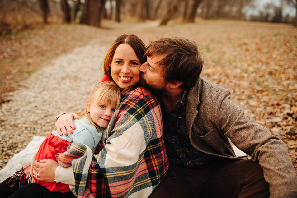 family lifestyle sesion dad kissing mom