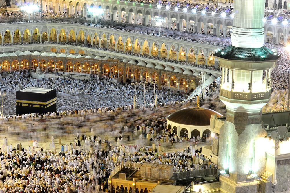 Pilgrims worshipping in the Masjid al-Haram