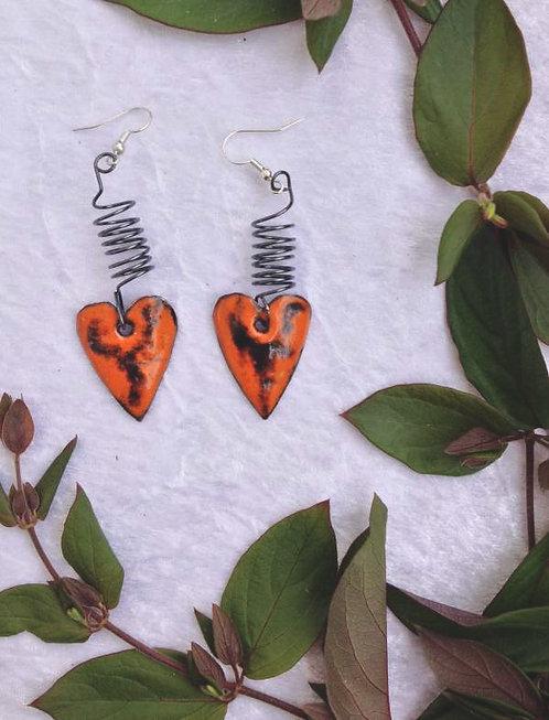 Boucles d'oreilles-coeur et ressort- émaux sur cuivre-artisanat
