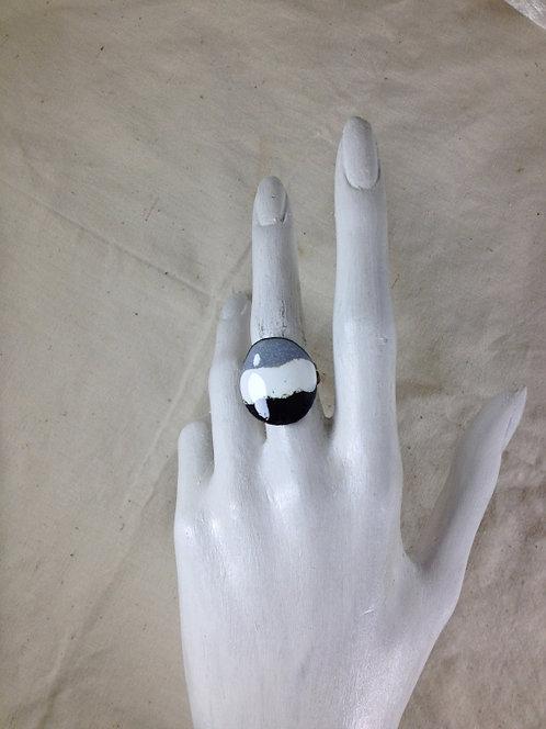 bague ajustable-ronde à rayures-noir blanc gris-émaux-artisanat français-présentation