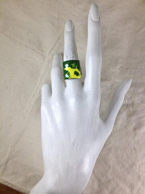 bague ajustable-carré bombé-vert jaune-émaux-artisanat français-présentation