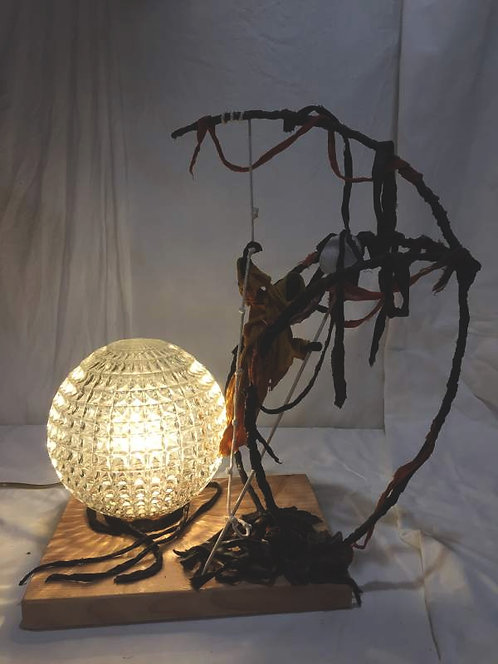 Lampe bulle éclairante et personnage-structure métal-sculpture lumineuse-vue1 allumée