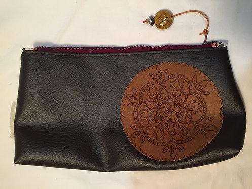 trousse simili cuir marron ,motif cuir pyrogravé rosace-artisanat français