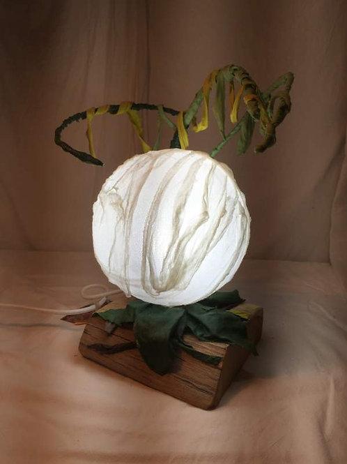 Lampe bulle éclairante -structure métal et tissu-sculpture lumineuse-vue1 allumée