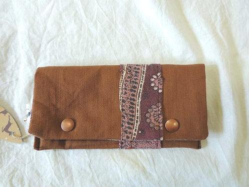 Petite pochette à rabat en tissu doublé, marron clair-bande à motifs-artisanat