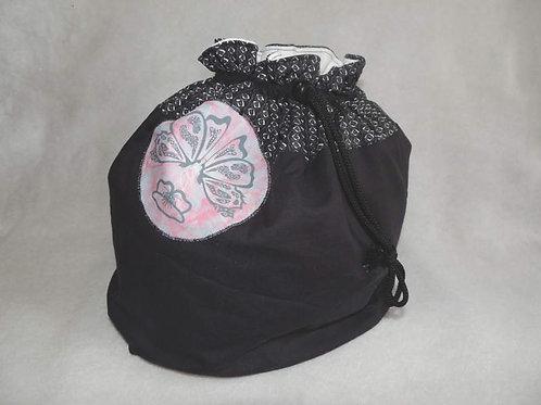 Trousse de toilette style aumonière, noir avec motif papillon-artisanat-vue face