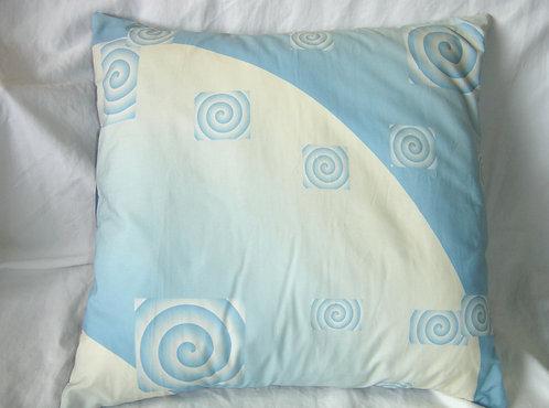 Coussin carré dégradé de bleu et blanc-spirales-recto-création artisanale française