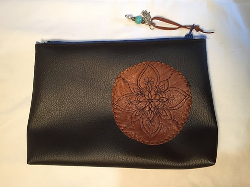 trousse simili cuir marron, motif cuir pyrogravé marron -artisanat français