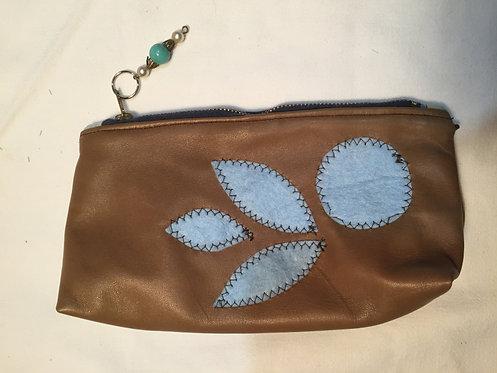 trousse  cuir marron ,motif appliqué bleu, intérieur bleu-artisanat français