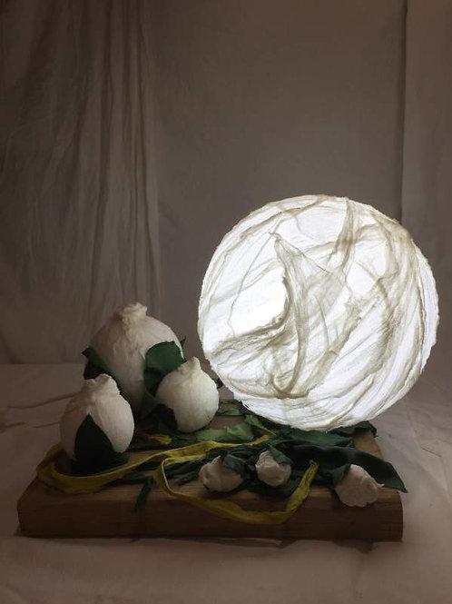 Lampe 1 bulle éclairante -structure métal et tissu-sculpture lumineuse-vue1 allumée