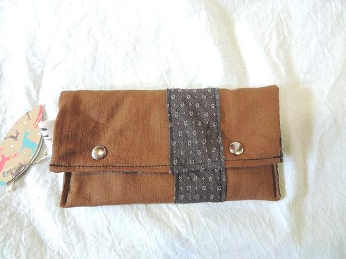 Petite pochette à rabat en tissu doublé, marron clair et points blancs-artisanat