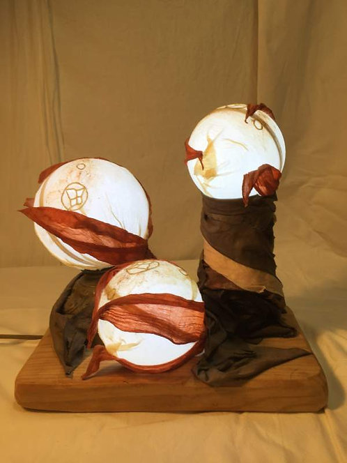 Lampe à 3 bulles éclairantes, dentelle et métal-sculpture lumineuse-vue 1 allumée
