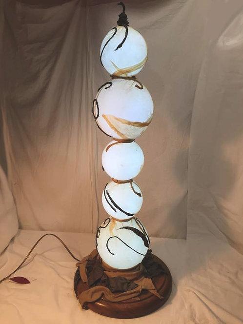 Lampe bulle à 5 boules éclairantes -structure métal et tissu-sculpture lumineuse-vue1 allumée