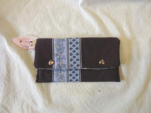 Petite pochette à rabat en tissu doublé,  et frise décorative-artisanat