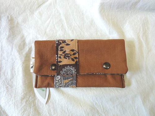 Petite pochette à rabat en tissu doublé, frise décorative à ramages-artisanat