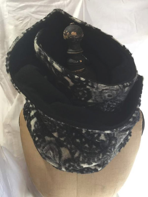 écharpe tour de cou noir, gris et blanc motifs fleurs confection artisanale