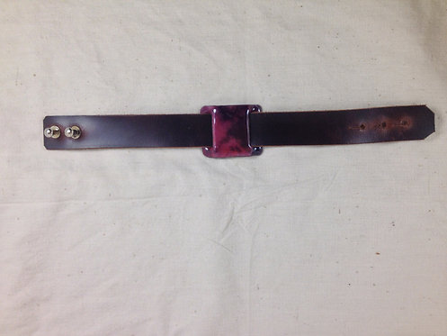bracelet cuir marron foncé et plaque en émaux violet-rose- ARTISANAT FRANÇAIS-vue entière