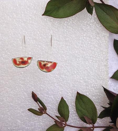 boucle d'oreille-crochet-demi lune-blanc ivoire-orange paprika-artisanat-émaux-fabrication française