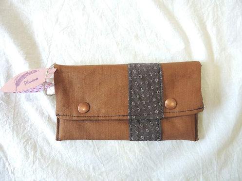 Petite pochette à rabat en tissu doublé, uni et frise décorative grise-artisanat