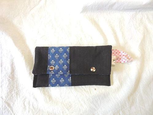 Petite pochette à rabat en tissu doublé, uni et frise fleurs de lys-artisanat