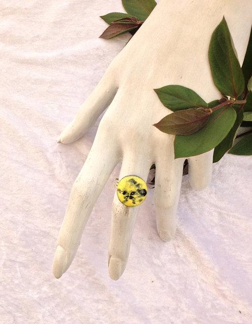 bague ronde noir et jaune-émaux-artisanat français-présentation