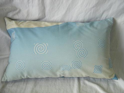Coussin rectangulaire-spirales bleu et blanc déhoussable-artisanat français-recto