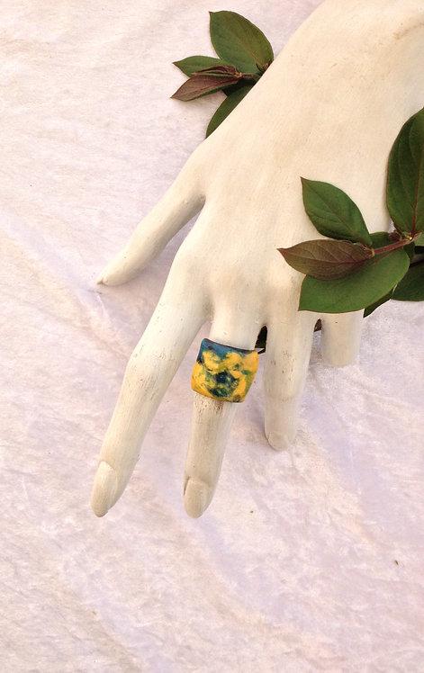 bague rectangulaire bombée vert et jaune-émaux-artisanat français-présentation
