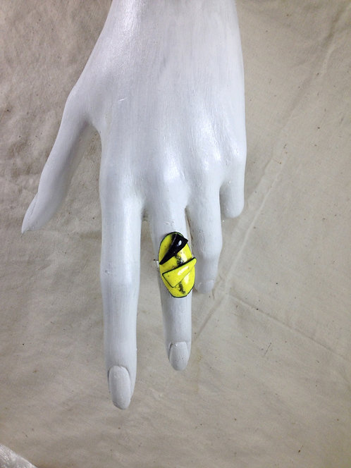 bague ajustable-ovale en relief-jaune noir-émaux-artisanat français-présentation