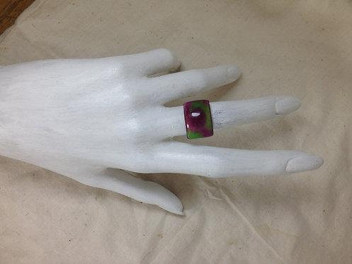 bague rectangulaire rose et vert-émaux-artisanat français-présentation