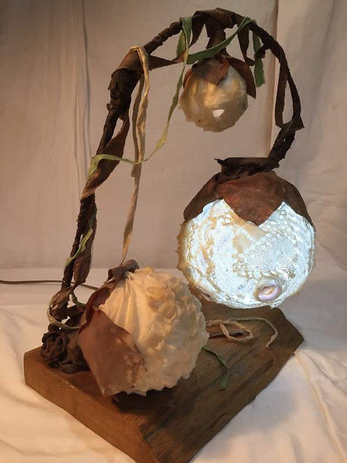 lampe 3 bulles, dentelle et métal-sculpture lumineuse-vue allumée