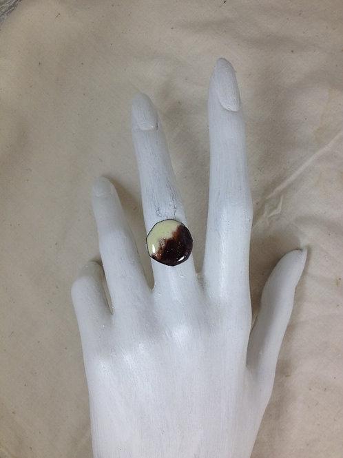 bague ronde brun et ivoire-émaux-artisanat français-présentation