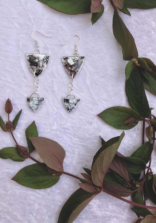 boucles d'oreilles triangles noir et blanc-chaîne métal-émaux-artisanat français