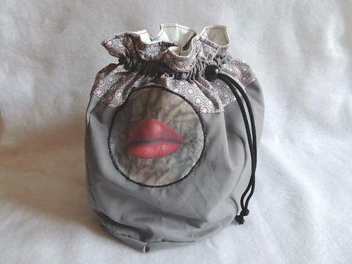 Trousse de toilette style aumonière, gris à pois blancs avec motif-artisanat-vue de face