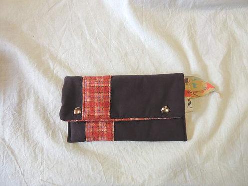 Petite pochette à rabat en tissu doublé  et bande à carreaux-artisanat