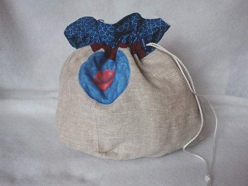 Trousse de toilette style aumonière, beige et bleu et motif bouche-artisanat-vue de face fermée