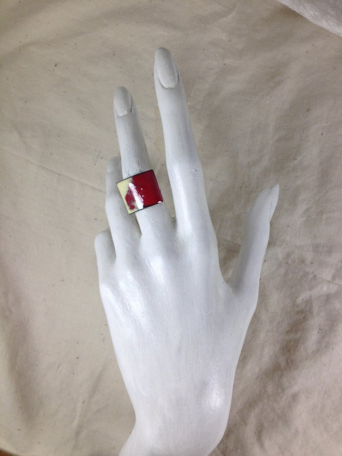 bague ajustable-carré bombé rouge ivoire-émaux-artisanat français-présentation