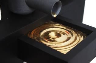 Tinta acrílica sobre cerâmica e madeira, lustre em ouro, 36 x 56 x 38 cm, 2020