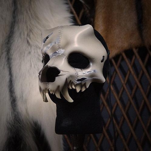 =Crâne de hyène, main blanche et noire=