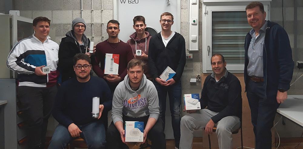 Schüler der Klasse EG7A mit betreuendendem Lehrer Andreas Hinkel und Abteilungsleiter Elektrotechnik Thorsten Pfeifer