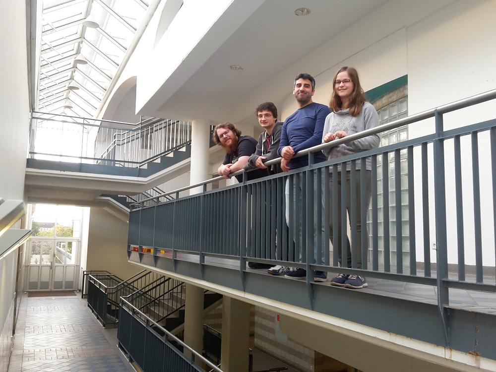 Unser Projektteam im Labyrinth der Schule: (v.r.) Nadine Greiter, Ahmad Almasri, Christian Cöster und Mathis Busch