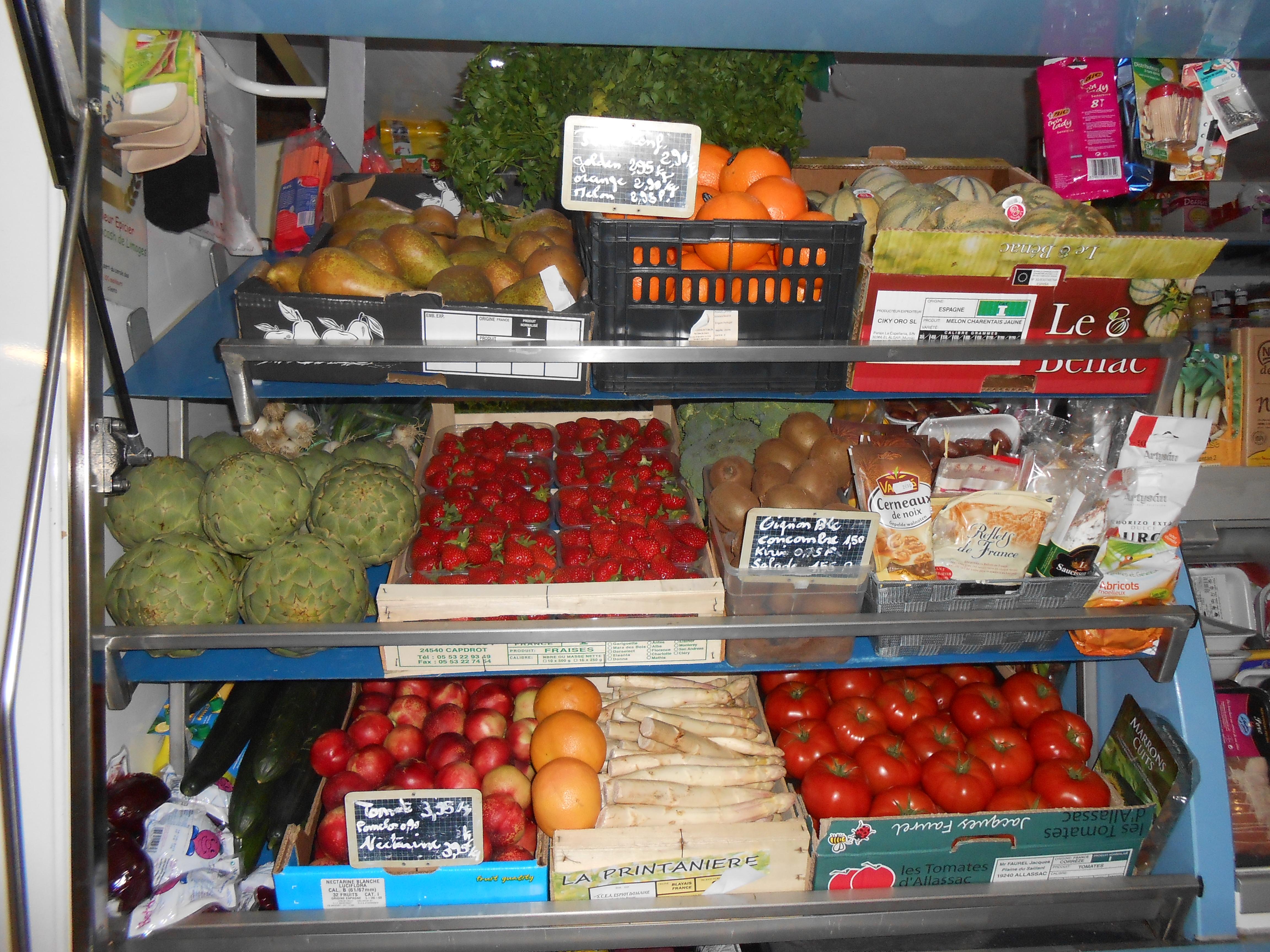 Rayons devant fruits et légumes.