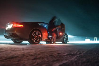 Aston Martin bei Nacht