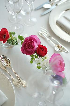 バラとアネモネのテーブルフラワー
