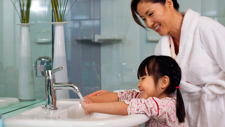 mom and kid washing hands